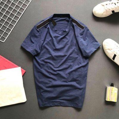 Áo thun nam cổ tròn với phần vai thêu nền màu xanh tím